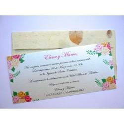 Invitación de boda con sobre artesanal con pétalos de rosa