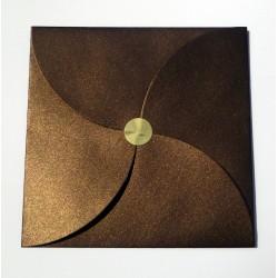 Sobre para invitación de boda forma pétalo color marrón